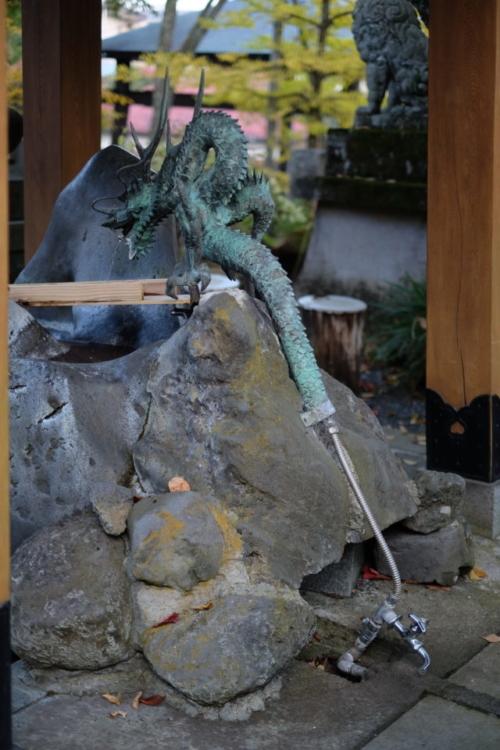 山中諏訪神社  手水舎の龍の後姿