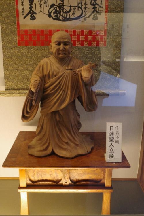 日蓮聖人立像